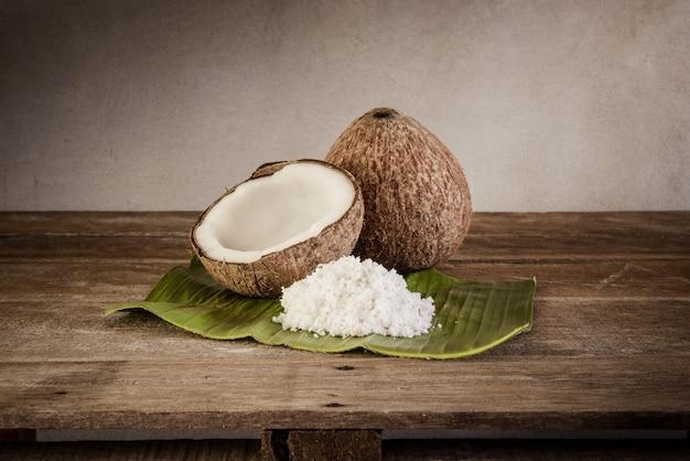 ココナッツとココナッツフレークのバナナの葉