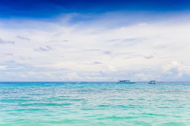 青い海と曇り空