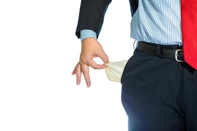 白で隔離される空のポケットを引き出す実業家