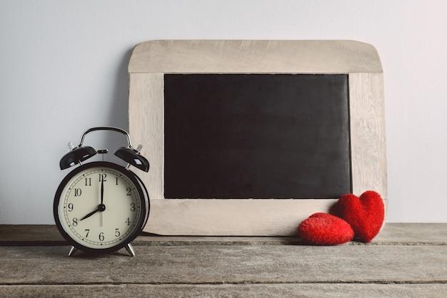 あなたのテキストのための目覚まし時計とチョークボード。