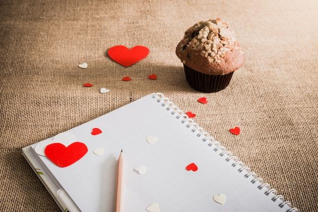 チョコレートのマフィンと荒布テクスチャ上の心