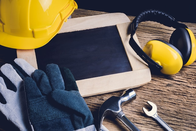 スレート板、防護服および手工具