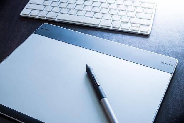ペンとキーボードのグラフィックタブレット