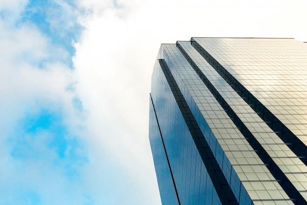モダンなガラス張りの高層ビルの下面角度