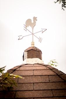 Флюгер на черепичной крыше