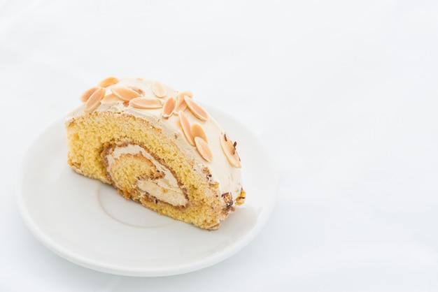 白い皿にアーモンドロールケーキ