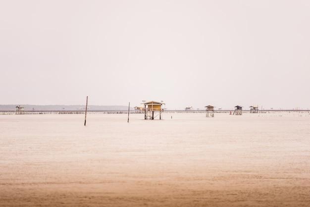 バンタブーン、ペッチャブリー、タイで海の小さな小屋