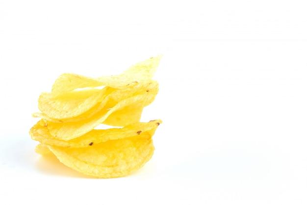 Картофельные чипсы на белом