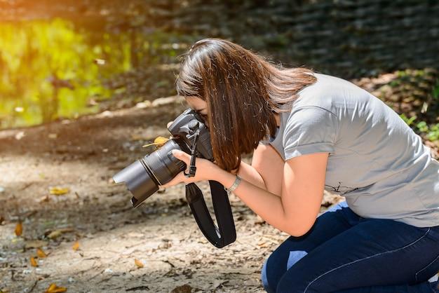 蝶がカメラに引っかかった。女性カメラマン写真を撮る蝶
