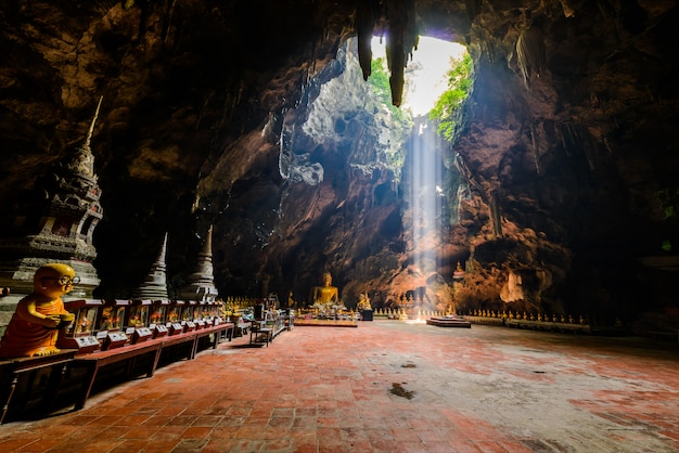 仏の洞窟、ペッチャブリー、タイの近くのタムカオルアンの太陽光線