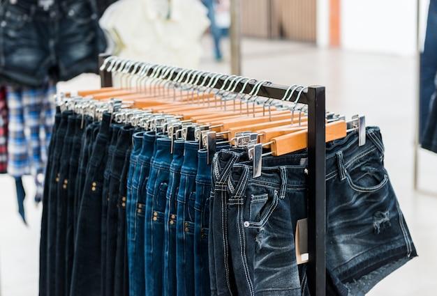 Ряд повешенных синих джинсах