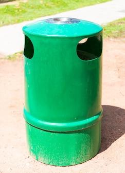 緑のゴミ箱と灰皿