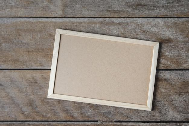 木製の床のスタンドの黒板