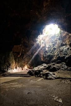 タイペッチャブリー近くタムカオルアン仏洞窟の太陽光線