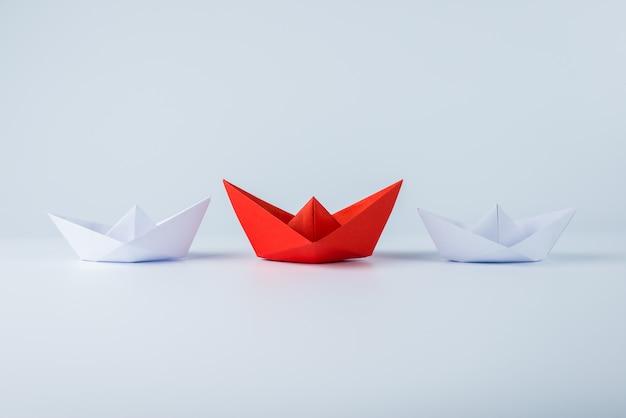 白の中で一流の赤い紙の船