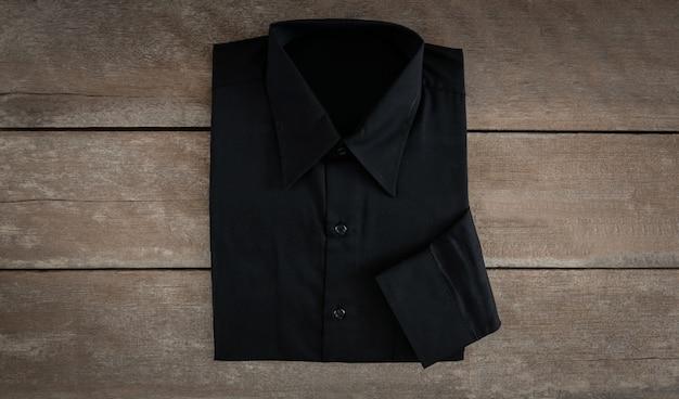 木製の背景上のシャツ