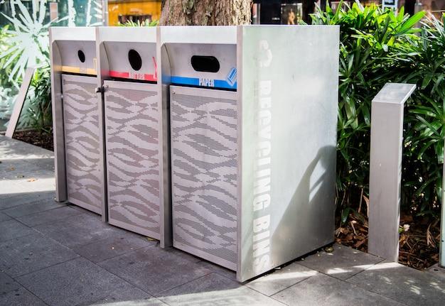 Металлическая мусорная корзина на пути в сингапуре