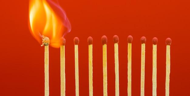 マッチ棒を燃やして隣人に火をつける