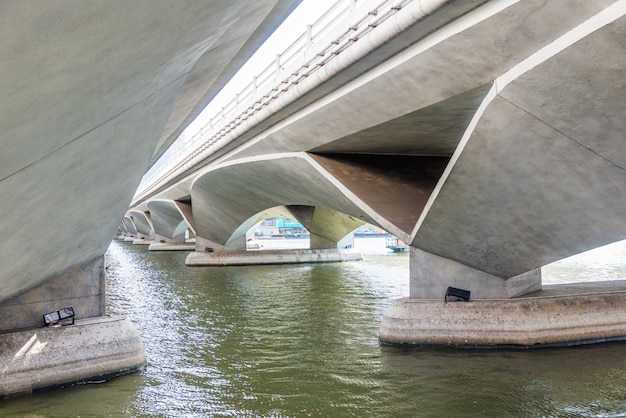 Вид под мостом эспланада, сингапур