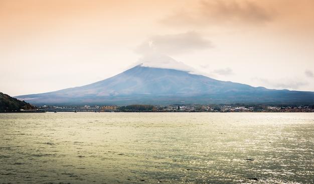 山富士と湖の背景