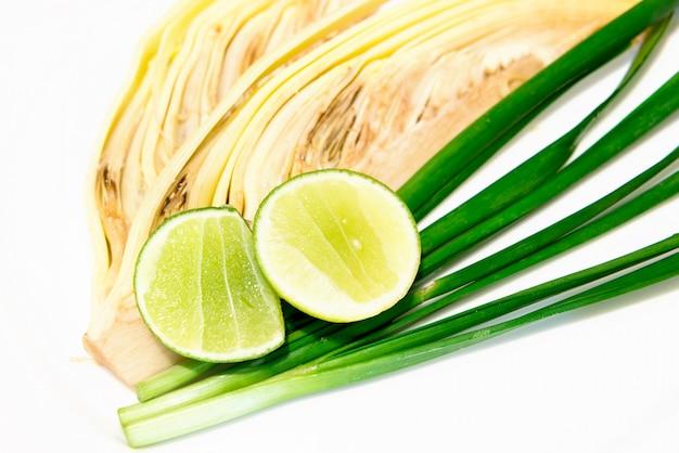 Банановый цвет и лимон и зеленый лук