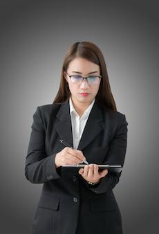 ビジネスの女性がクリップボードに書き込む
