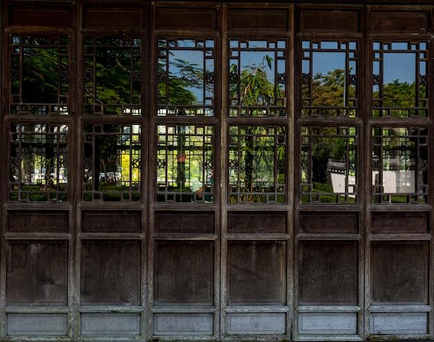 Деревянная дверь с китайским традиционным стилем