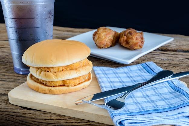 Куриный гамбургер и жареная курица