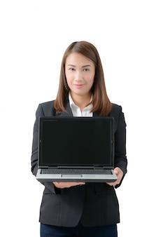 Молодая красивая азиатская бизнес-леди держа компьтер-книжку с пустым экраном