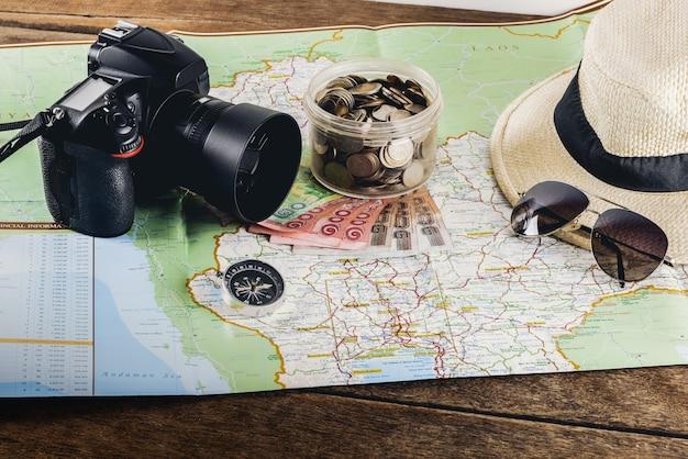 旅行旅行のためにお金を節約します。旅行旅行のための旅行アクセサリー。パスポート