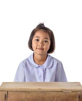 白で隔離される学校の制服を着たアジアの少女の肖像画