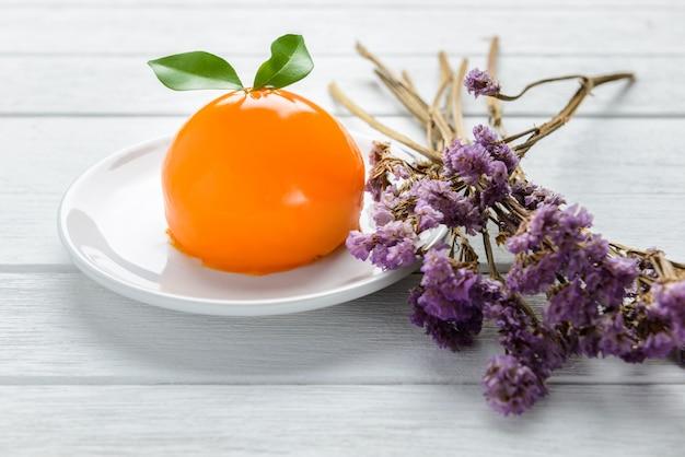 白い木製のテーブルにオレンジケーキ