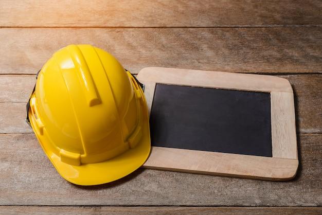 黒板と黄色の保護安全ヘルメット