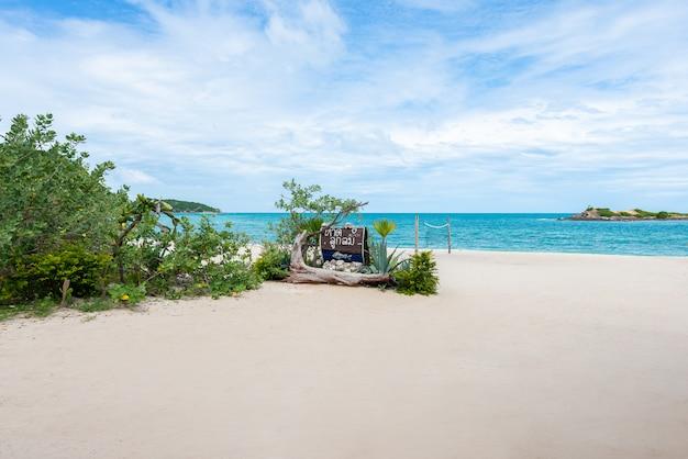 サメサーン島の青い海と白い砂浜。