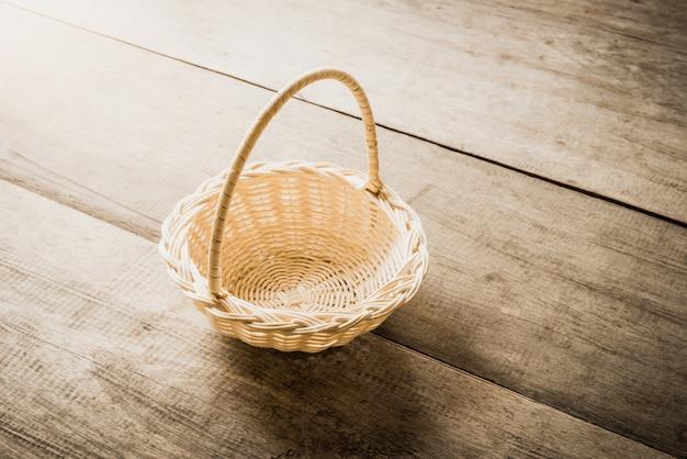 木製の背景の空の枝編み細工品バスケット