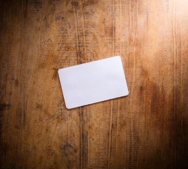 Пустая карточка на деревянном столе