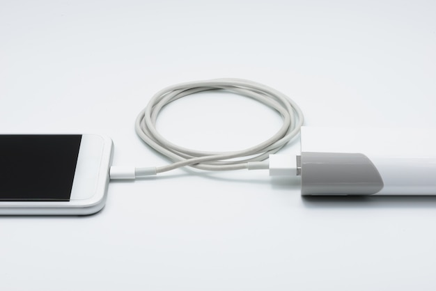 パワーバンク(バッテリーバンク)付きの白いスマートフォン充電器