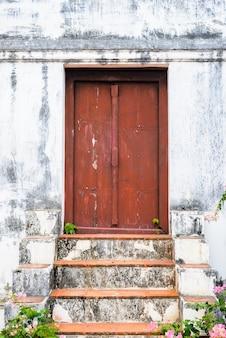 レトロな階段、赤いドア