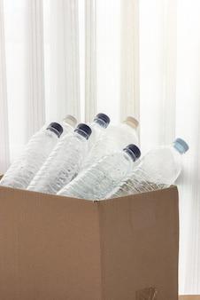 Ящик для утилизации, заполненный прозрачными пластиковыми контейнерами