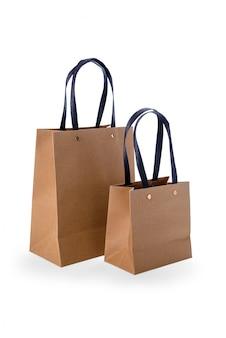 白で隔離される茶色の紙の買い物袋