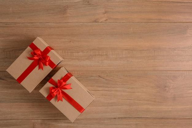 木の板にお祝いリボン付きギフトボックス