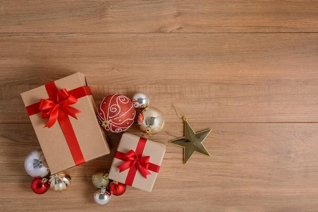 木製の背景にお祝いリボン付きギフトボックス
