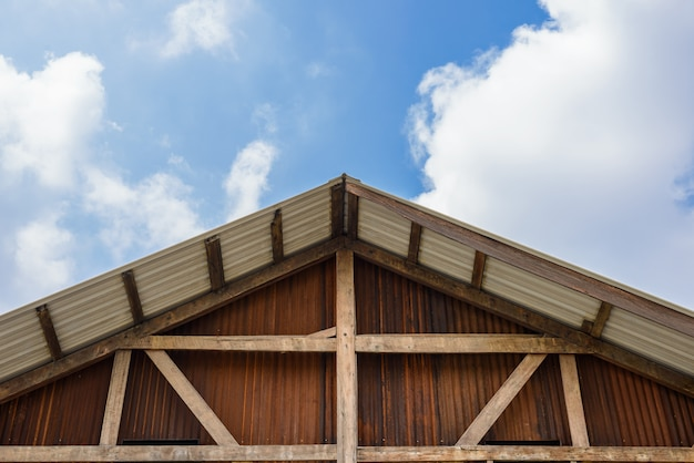 木造住宅と亜鉛めっき壁の切妻