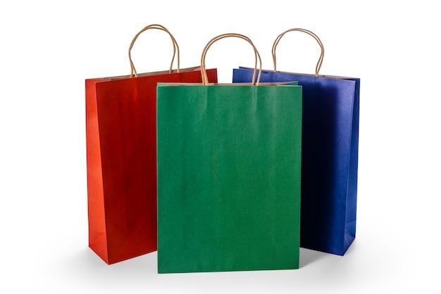 白い表面に分離されたカラフルな紙の買い物袋のグループ