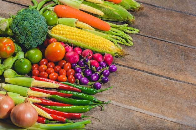На заднем плане свежих продуктов вкусные и полезные овощи на деревянном столе