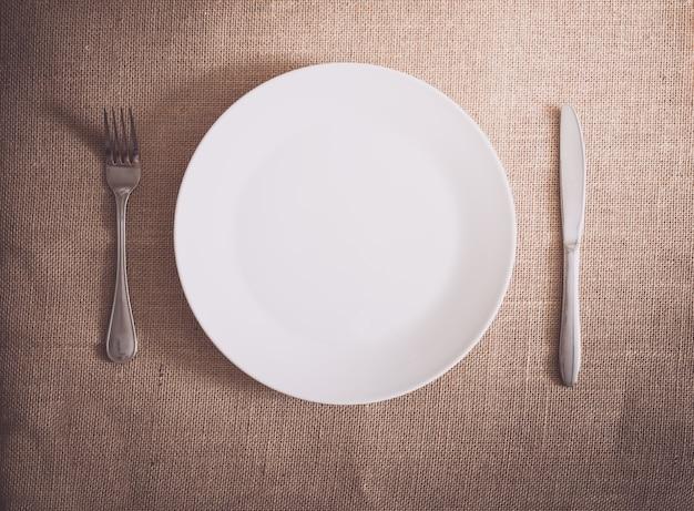 シルバーウェアの夕食、テーブルセッティング