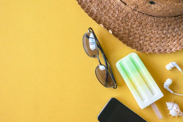 Вид сверху летних аксессуаров на красочный фон, отдых и путешествия.
