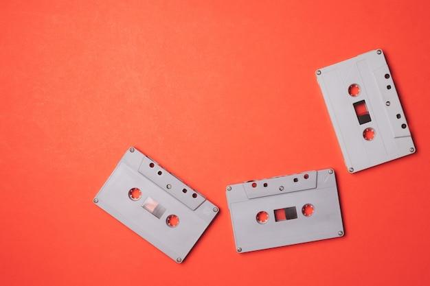 オレンジの背景にオーディオカセットテープ。テキストの空き領域