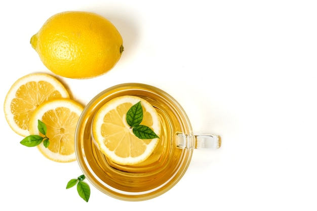 Чашка чая и лимона на белом фоне.