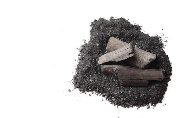 白い背景に木炭および粉末(活性炭)。テキストの空き領域